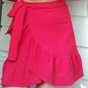Superfin kjol ifrån vila. Köptes för 450 kr och har använts en gång. Säljer för 280 kr och frakt tillkommer på 66 kr. Strl s