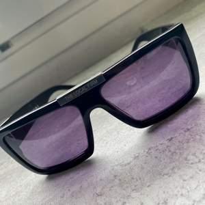 Snyggaste brillorna som är sista touchen till alla outfits. Stora brillor med kvalitetsglas som aldrig går sönder med riktigt härligt lila ljus. Bästa solglasögonen jag ägt.