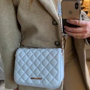 En blå axelväska/handväska från Miinto köpt i Polen. Oanvänd iprincip, fin ljusblå färg, kvalité även om det inte är ett dyrt märke!