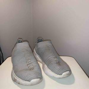 Grey easy to put on shoes size 41. Very very comfortable. Used a few times.