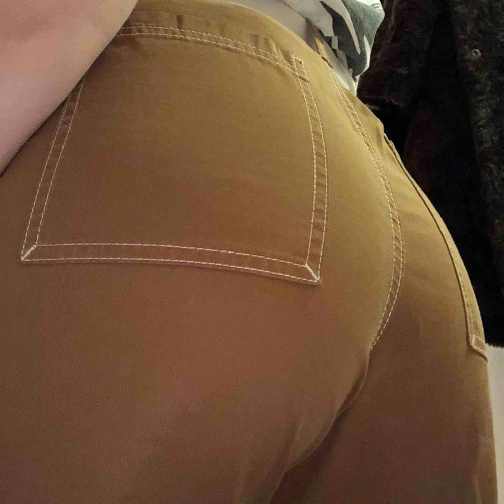 Skitsnygga bruna byxor från weekday, köpta för ett år sen- sparsamt använda. Storlek 46 ( köpte från killavdelningen men skulle säga att dem är storlek 38  kanske ?) Möts upp i stockholm, köpare står för frakt. . Jeans & Byxor.