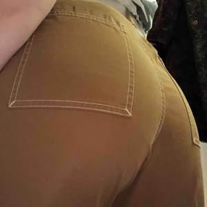 Skitsnygga bruna byxor från weekday, köpta för ett år sen- sparsamt använda. Storlek 46 ( köpte från killavdelningen men skulle säga att dem är storlek 38  kanske ?) Möts upp i stockholm, köpare står för frakt.