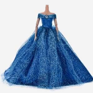 *Ny & Plomberad *skickas inplastad.Otrolig vacker balklänning barbie.Storlek,långskuren balklänning för barbie.Detaljer:Glittrig överkjol färg:mörkblått.Snabb leveranstid:1-3 vardagar.* bjuder portot.Beställning Swich