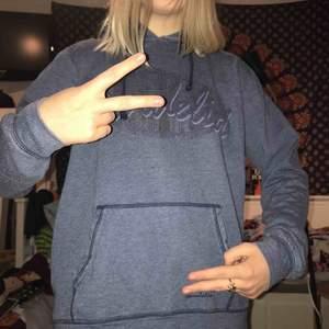 supersöt blå hoodie från märket bondelid