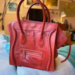 Röd Celine bag, köpt i Dubai. Aldrig använd.. Otroligt fint skinn.  Kostnad för frakt är inräknat!