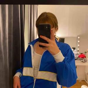 Sjukt cool vintage 80s munkjacka/sportjacka?. Vet inte riktigt vad man ska kalla det! Men den är knappt använd av mig och köpt på humana!  Köpte den för 200kr tror jag!