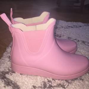 Rosa gummistövlar av märket Tretorn. Använda endast en gång men tyvärr är mina fötter för breda då denna modell är rätt smal.