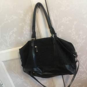 Simpel väska köpt från butiken accent! Väskan har två