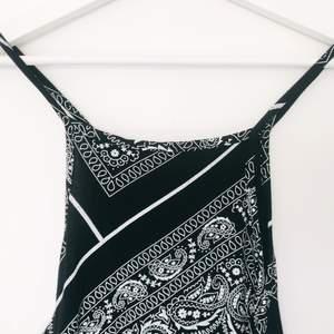 Paisley-mönstrad, kroppsnära och lårlång klänning i stretch.  Storlek 42, väldigt true to size.  Säljes pga. viktnedgång. Nyskick, tvättad en gång.  100kr + 20kr frakt. Betalning via Swish.