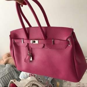 Väska köpt i Italien, använd max 5 gånger. Nypris 600:-