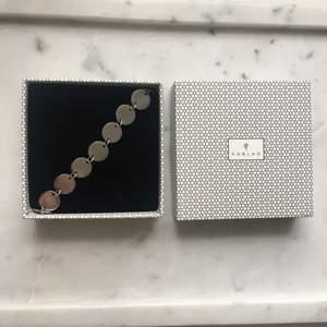 Armband från Edblad. Silverfärgat. Använt ett fåtal gånger, mycket fint skick! ✨ Kan skickas mot frakt.