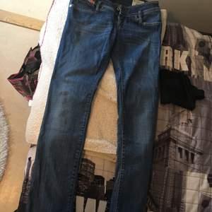 Diesel jeans. Nästan helt oanvända! Blåa med lite ljusblå drag på benen. Sitter sjukt bra på. Skulle säga att storleken är ungefär en S.