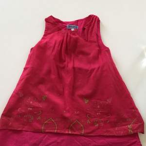 En söt hallon röd kenzo klänning för ett barn. Dubbel tyg. Tunn bomull. För ett barn som är cirka 4 år