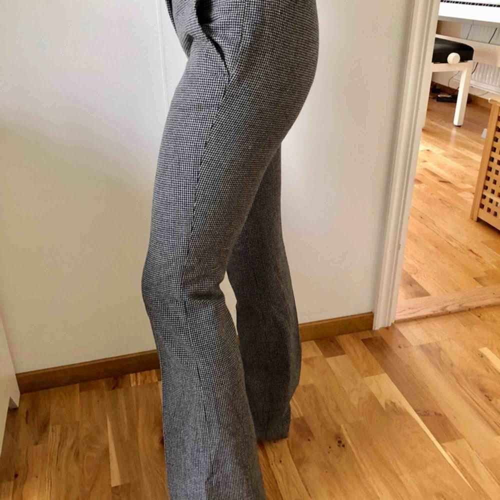 Super snygga kostymbyxor med bootcutmodell. Sitter så otroligt snyggt! Dock en aning för små för mig nu och hoppas innerligt att de ska finna en ny ägare!. Jeans & Byxor.