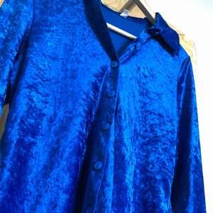 En as ball blå velvetskjorta köpt på humana second hand. Säljer den då den inte passar längre.  Frakt ingår
