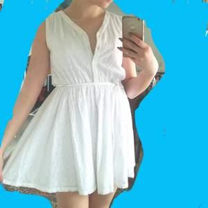 Jättesöt sommrig klänning från Monki, perfekt till skolavslutningen eller studenten! ✨ XS men passar S också