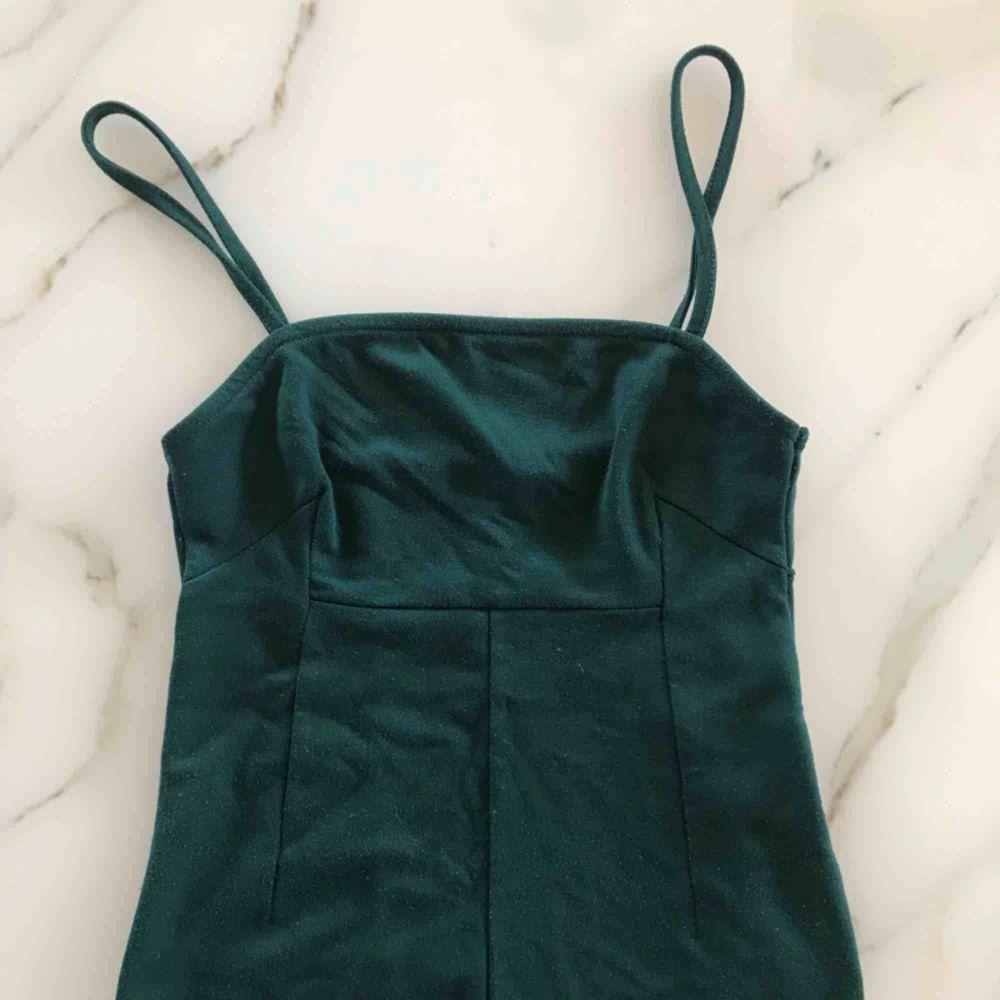 Superfint linne med smala axelband från nelly i DN grön färg. Säljer på grund av att det inte kommer till användning längre. Fraktar men köparen står för fraktkostnad!. Toppar.