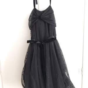 En jätte fin klänning från Ida Sjöstedt. Köptes second hand för nått år sedan. Passar både till fest men också till bal eller liknade:) Storleken är S.