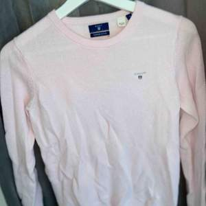 Rosa finstickad tröja från GANT. Använd några gånger men säljer den nu då jag inte använder den längre. Den är i ett superfint skick och superfin.