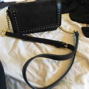 Axelbandsväska med nitar, köpt på åhlens🤍
