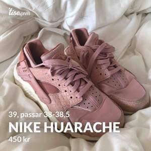 Nike huarache i väldigt väldigt bra skick! Tyvärr kommer de inte till användning hos mig och söker kärlek 🥰 är i storlek 39 men huarache är små i storlek och skulle därför förmodligen sitta bäst på 37.5-38