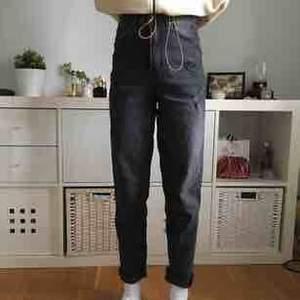 Intressekoll på mina skitballa svarta mom jeans med hög midja. Köpta för kanske 4 månader sedan å finns inte i butik längre vad jag vet. Slitningar å sååå cool gråsvart färg. Extremt lite använda🦋