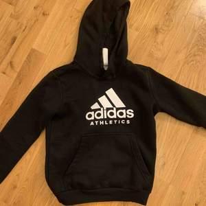 säljer en skitcool Adidas hoodie! Älskar denna hoodie men tyvärr används den inte så mycket längre. Köpt för ca 500kr. Kontakta mig om ni har några frågor!