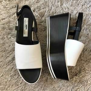 Coola och supersköna klackskor/sandaler från Hope. Oanvända, endast provat inomhus. Köpte för 2900kr, säljer för 350kr + frakt eller mötas upp i Sthlm