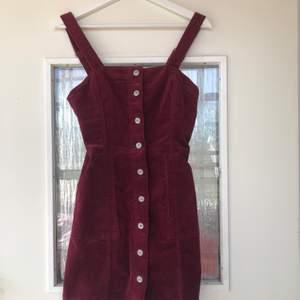 Vinröd Manchester klänning i hängslestyle , använd fåtal gånger ! Jättefin men tyvärr inte tight för mina önskemål 😎