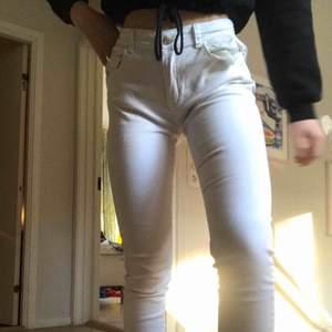 snygga vita jeans i sorlek 31