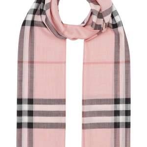 Säljer min fina burberry scarf pga att den aldrig kommer till användning. Den är äkta och köpt på nk i stockholm. Köpte den för 3600kr för ett par år sedan och budgivningen börjar på 1500kr. Buda gärna i kommentarerna🥰