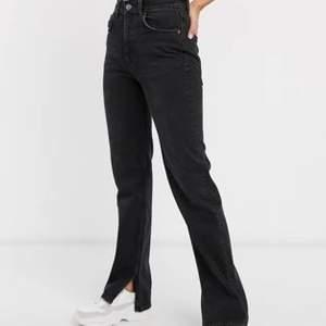 Galet snygga slutsålda jeans från pull&bear som tyvärr är försmå för mig💓 en av öglorna till skärp har tyvärr lossnat