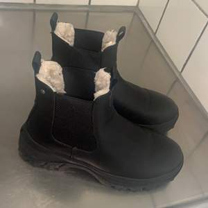 Snygga höst/vinter skor! Säljer dessa pga att jag endast använt dem 1 gång och tycker det är synd att dem bara får stå. Väldigt bekväma håller fötterna varma.