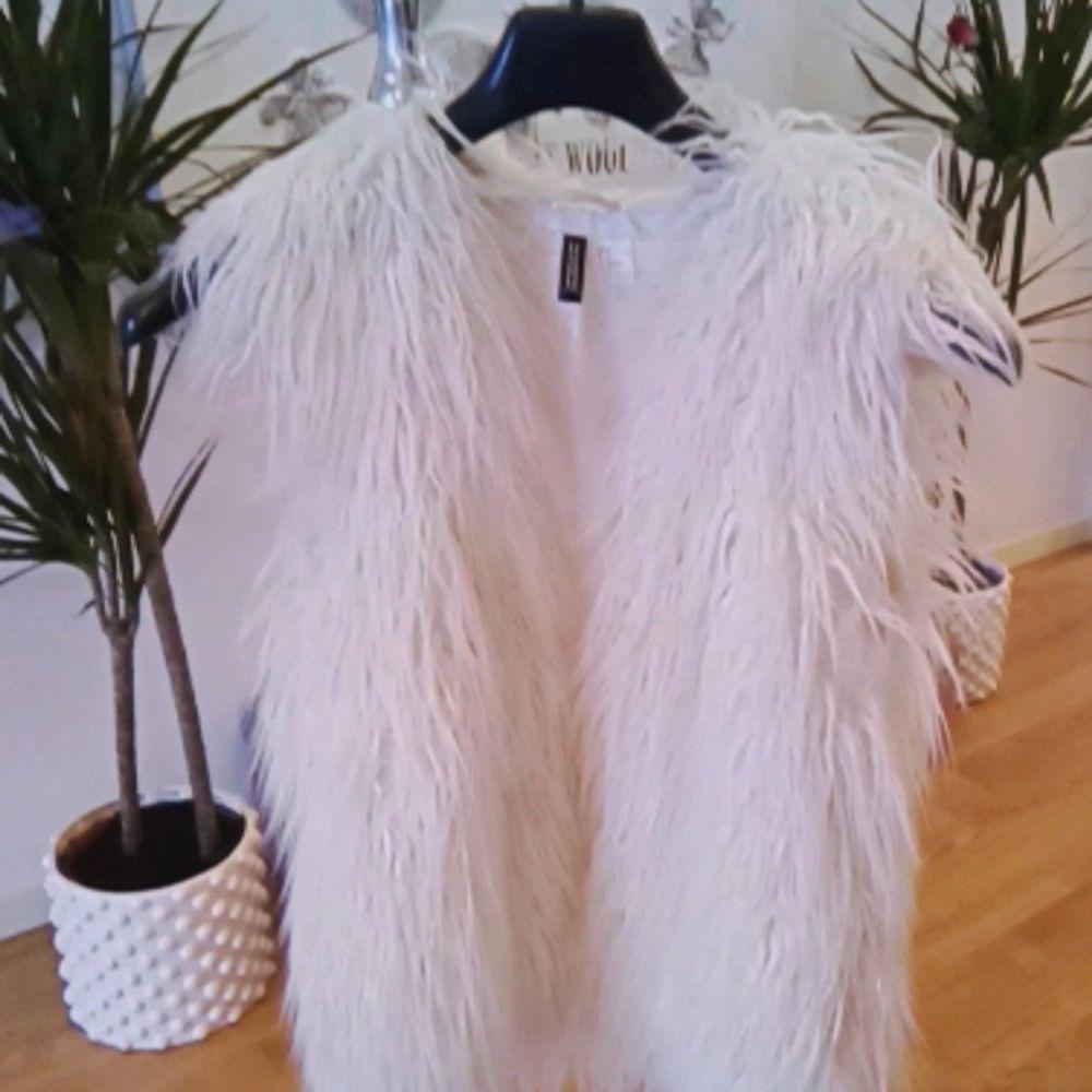 Jättefin vit faux fur väst från H&M Aldrig använd så den är helt ny 👌 Storlek 36 Finns i Västerås eller skickas mot fraktkostnad 🌸🌸🌸. Jackor.