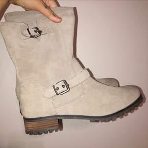 Supernsnygga beigea boots i mocka, använda två gånger, köpta för 700 kr. Storlek 41.