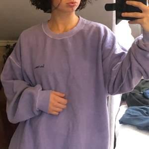 """En lila cool sweatshirt från de populära """"iets frans..."""" märket från urban outfithers! Där man kan ha den fluffig men också vända ut å in på den å ha den med vanligt material. Kommer inte till användning pga färg jag inte längre gillar."""