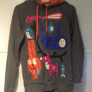 Jättemjuk hoodie med gulliga djur på, endast använd några få gånger. Pris kan diskuteras
