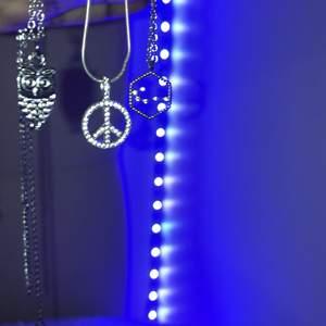 Tre stycken fina halsband, alla är i silver. 39kr st💕 skriv för fler bilder vid intresse: 1)Uggla 2) Peace-tecken 3) kräfttecken