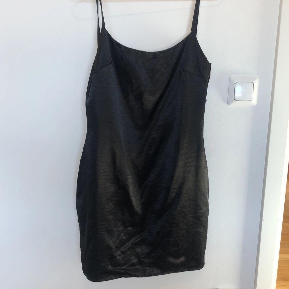 Tajt klänning i satin, använd 1 gång. Från Boohoo. Klänningar.