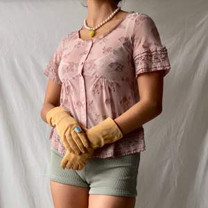 🌊 BEAUTIFUL PALE LILAC/PINK BUTTON UP MESH BLOUSE WITH LACE EMBROIDERY AND FRILLED TRIMS  • SIZE - EU 34 / XS (fits S too) • BRAND - Odd Molly • MATERIAL - Polyester  MY MEASUREMENTS • Height 161cm / 5'3
