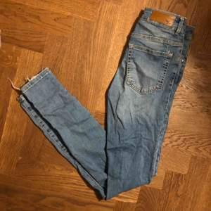 Skinny jeans från bik bok i modellen never denim, den längre modellen. Ljusblå med liten reva vid rumpan, därav priset. Köparen står för frakt:)