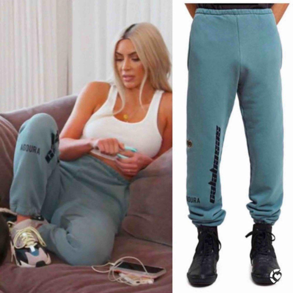 """OVANLIGA """"HOSPITAL BLUE"""" CALABASAS YEEZY TRACKPANTS - höga i midjan!  Använda sparsamt endast fåtal gånger köpta från Caliroots ca 1,5 år sen säljes pga använder för sällan. Nypris var ca. 1900 kommer inte ihåg exakt! . Jeans & Byxor."""