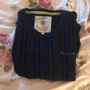 Stickad tröja från bondelid. Lite sliten i den blå färgen men fortfarande snygg på. Kan mötas upp i Stockholm eller så står köparen för frakten.