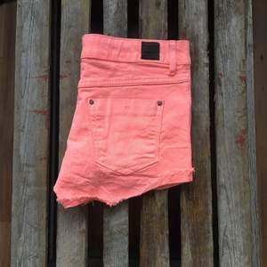 Korallfärgade stretchiga shorts från Pull & Bear. Använda ett fåtal gånger.