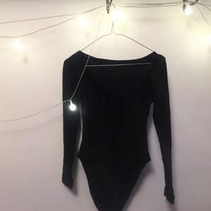 Sjukt fin svart body med stretch material och fina sammetsdetaljer :-)  FRI FRAKT 🌻🌹