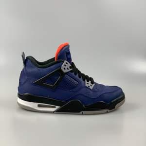 Jordan 4 Winterized Loyal Blue                                                     Riktigt fina skor i storlek 37,5. Dessa nya frn stockx är 1475kr. De är inga flaws på skorna. Har ni några frågor skriv gärna! 👌🏾 vi skickar spårbart med postnord och dubbelboxat! För mer kläder och skor se vår Instagram @pufferyplug