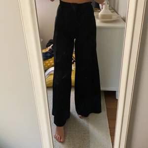 Ett par snygga vida kostymbyxor, använda 1 gång & är köpta från H&M i Göteborg!