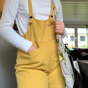Säljer dessa svin coola hängsel byxor, så unika! Skriv för fler bilder🥰 Brukar själv ha S/ M och dessa är lite tajta på mig!