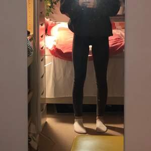 Säljer dessa oanvända svarta stentvättade jeansen från Zara. De är i st 152 ( 11-12 ) i barnmodell. Köptes för ca 2 år sen och har alldrig använts. För mig som är ca 165 cm når de ner till mina anklar❤️