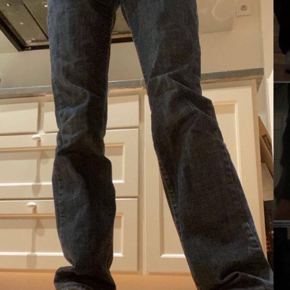 Super snygga mörkblåa jeans 👖 i bra skick! Vet dock ej vart dem kommer ifrån, vet ändats att de är från man avdelning men funkar rätt bra på mig! Köparen står för frakt!!!. Jeans & Byxor.